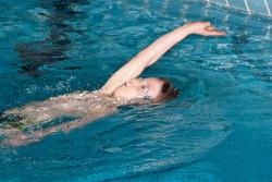 Thumb kind lernt r%c3%bcckenschwimmen